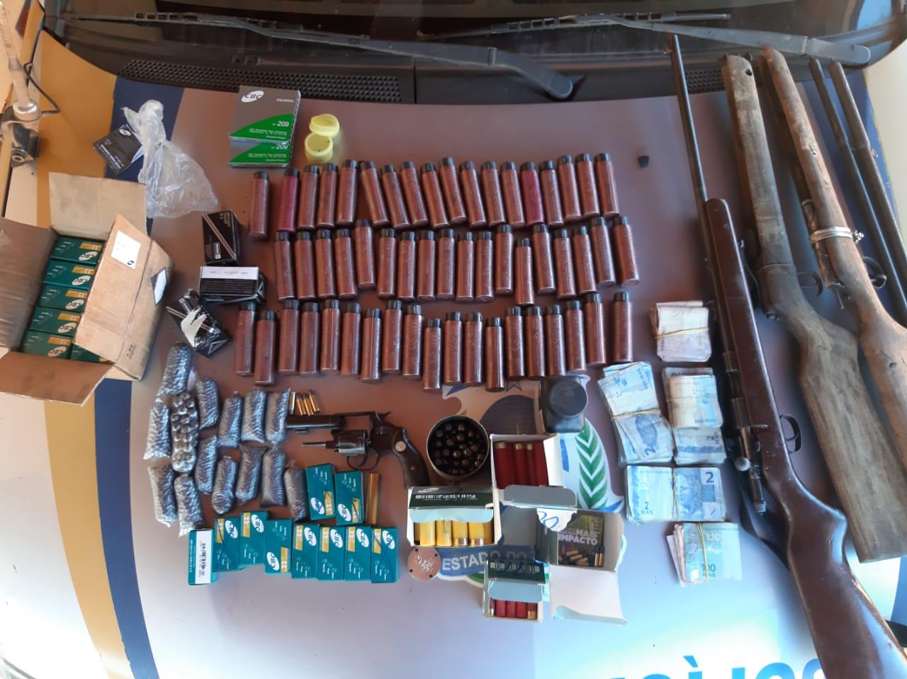 PM prende dois homens por posse ilegal de arma de fogo e munições em Campos Lindos