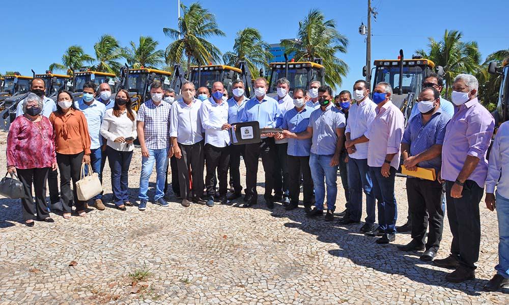 Governador Mauro Carlesse realiza entrega de máquinas pesadas para mais 24 municípios