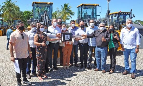 Governador Mauro Carlesse inicia a semana realizando a entrega de mais máquinas pesadas