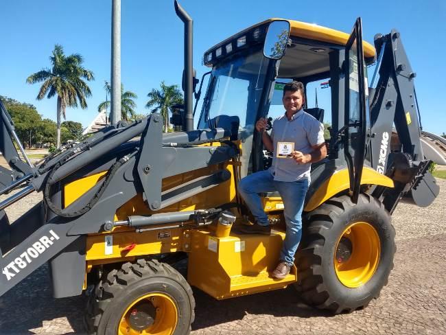 Prefeito Waguim recebe nova retroescavadeira para o município de Tabocão