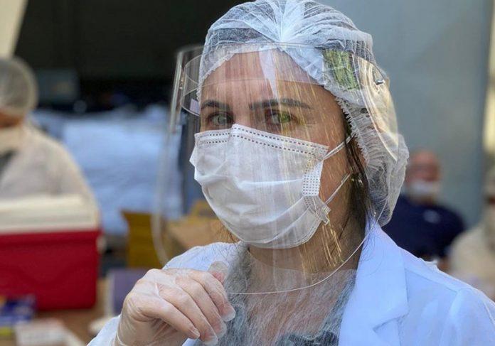 """1ª brasileira a receber a vacina de Oxford contra Covid: """"ato de amor"""""""