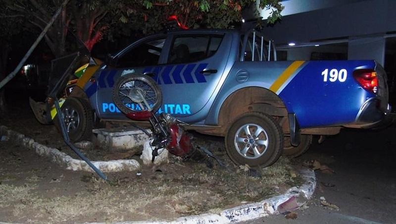 Caminhonete da PM atropela motociclista e bate em árvore durante ocorrência em Formoso do Araguaia