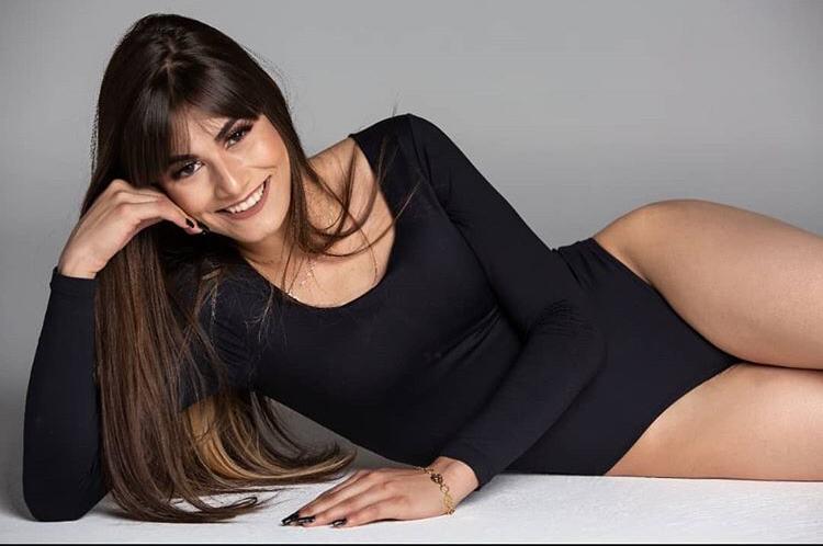 Modelo Brenda Ferreira se destaca como assistente de palco