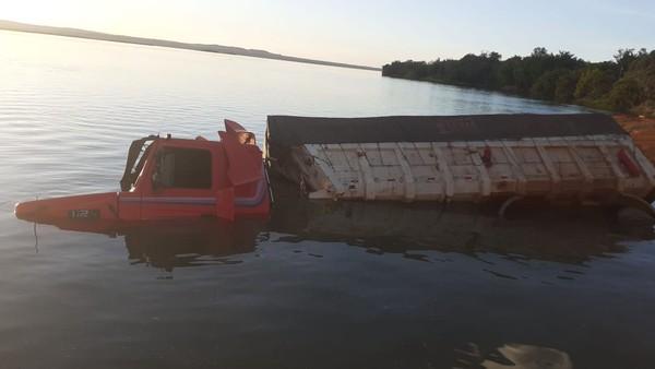Caminhão fica submerso após cair no rio enquanto motorista pagava por travessia de balsa, em Porto Nacional