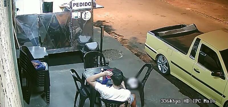 Cliente põe próprio cabelo em lanche para não pagar conta e é flagrado por câmera de segurança; assista