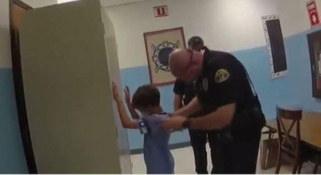 Família processa cidade da Flórida por prisão de criança com distúrbio