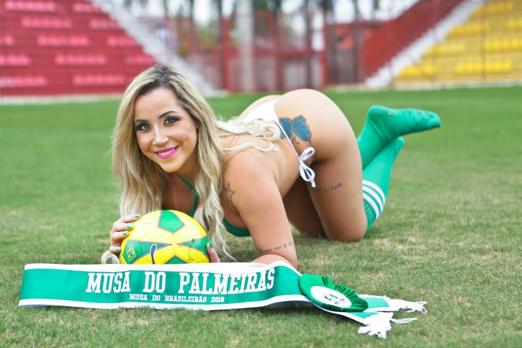 Josi Freitas, a Musa do Palmeiras posa sensual no campo e incentiva os jogadores para a final do Paulistão