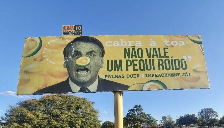 Manifestantes colocam outdoor com críticas ao presidente Bolsonaro em avenida de Palmas