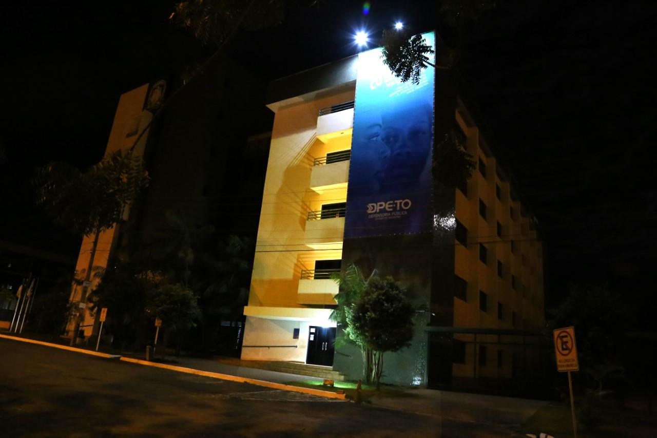 Sede da Defensoria Pública ganha iluminação especial em referência ao mês do aleitamento materno