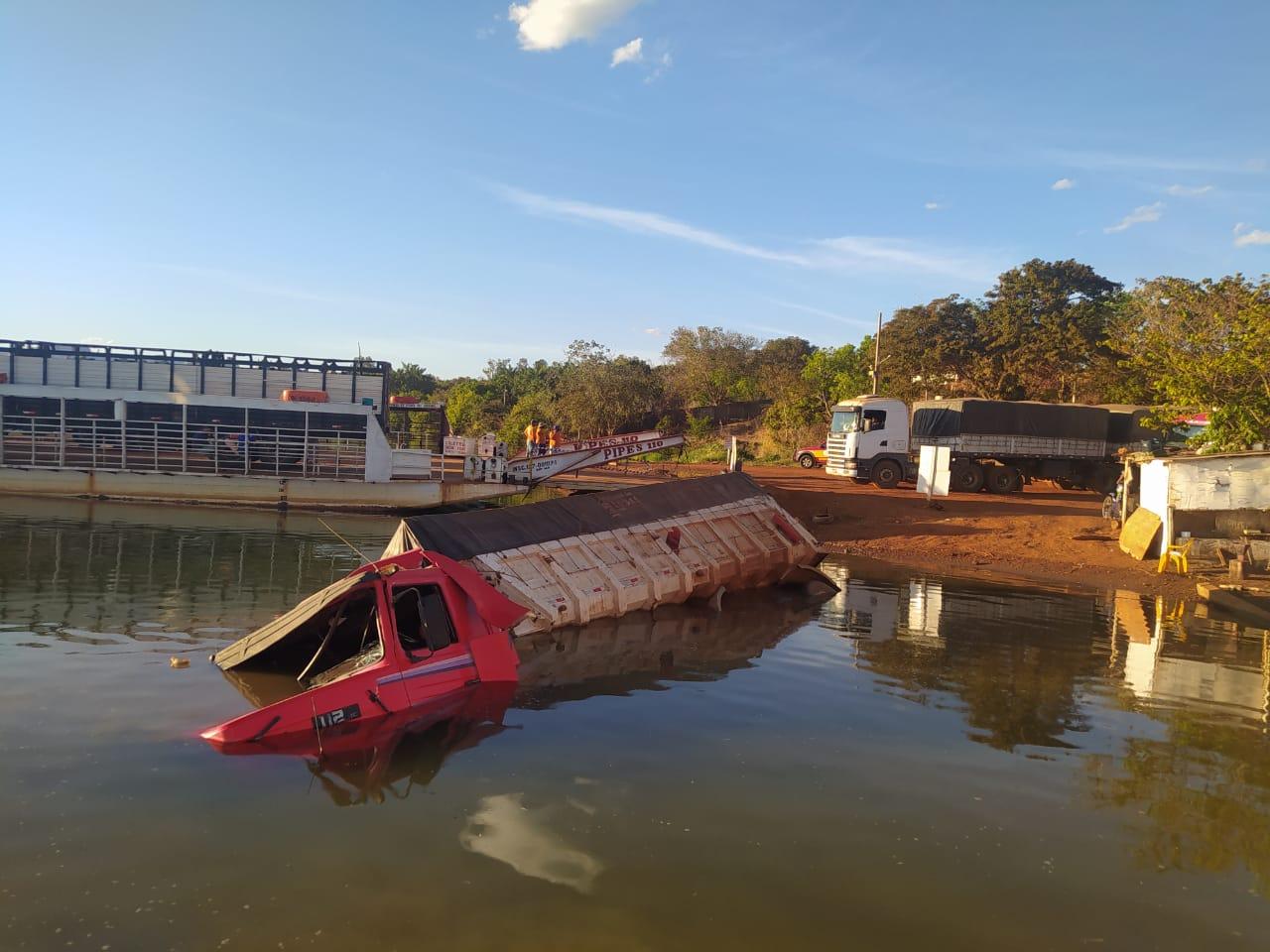 Corpo de Bombeiros atende ocorrência de veículo parcialmente submerso próximo à balsa de Porto Nacional