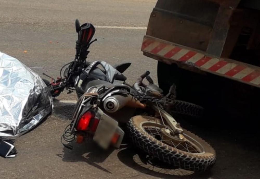 Motociclista morre após bater na traseira de caminhão na TO-050, em Palmas