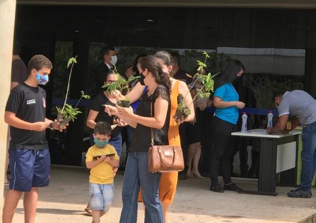 Meio Ambiente e Ruraltins finalizam em 4h a distribuição de 5 mil sementes e 2 mil mudas de árvores