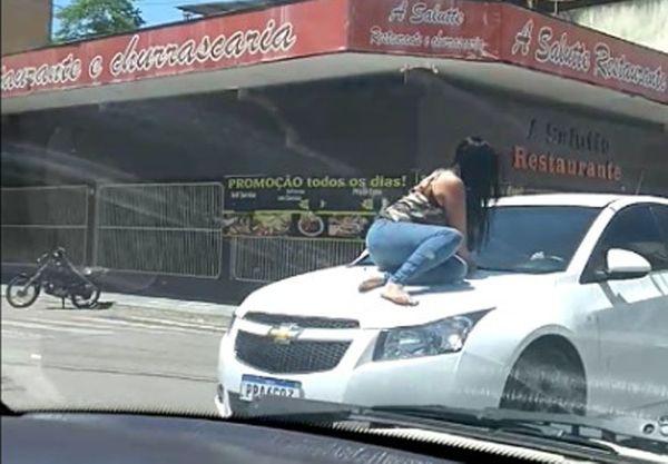 Vídeo: Mulher sobe no capô do carro do ex-companheiro após fim de relacionamento, no ES