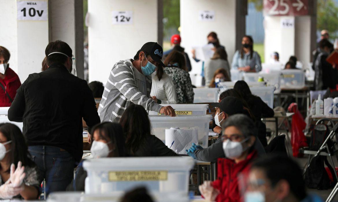 Urnas abrem no Chile para plebiscito histórico de nova Constituição