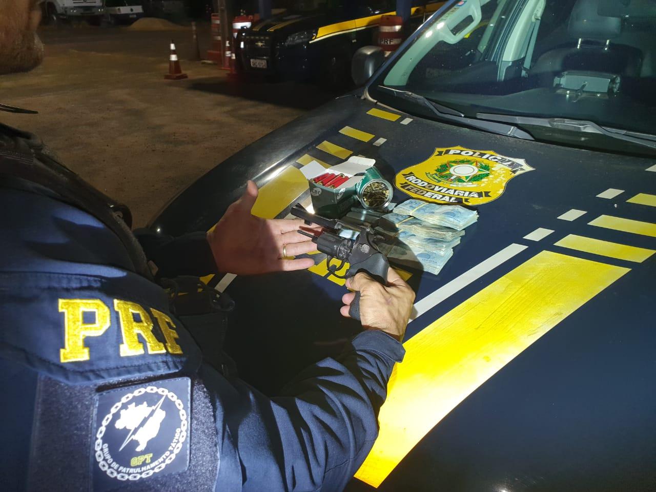 PRF prende pecuarista com arma de fogo, 199 munições e 25 mil reais em espécie