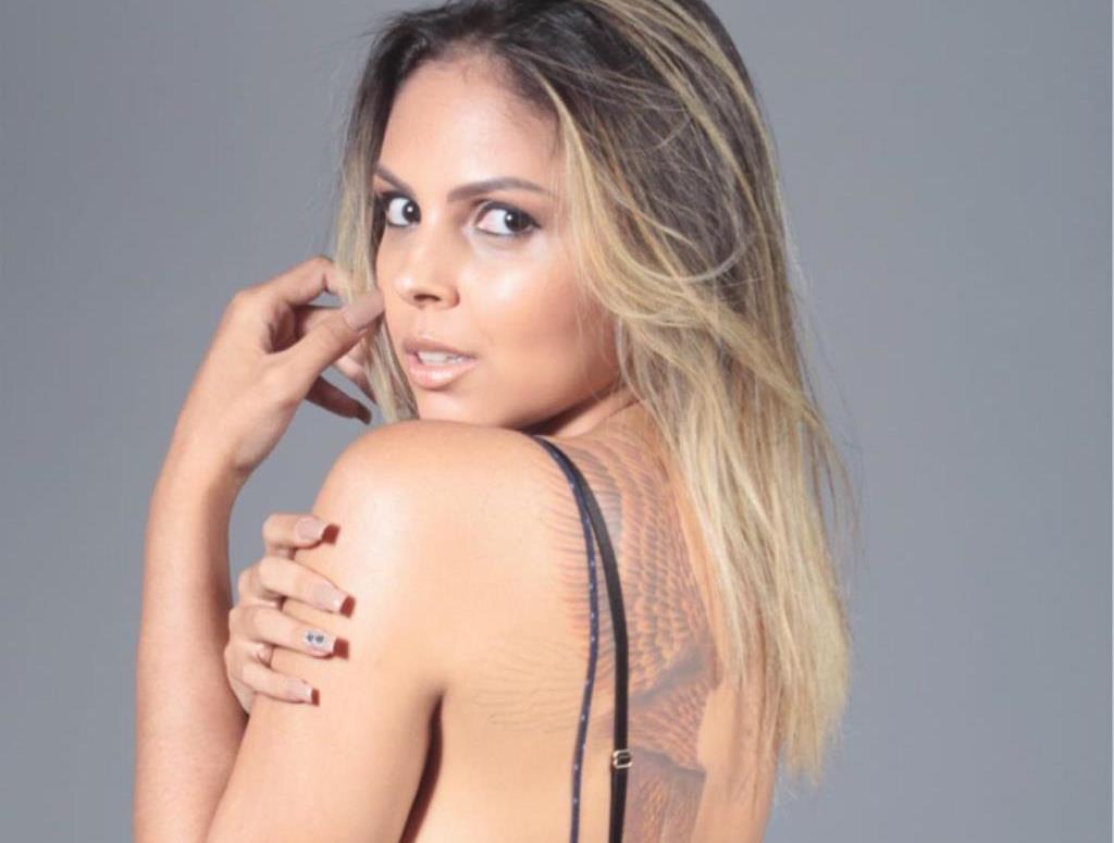 A destemida modelo Amanda Assunção é destaque como agente de modelos