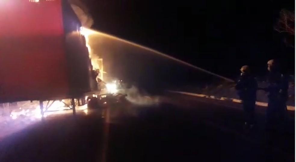 Carroceria de caminhão fica destruída após pegar fogo na BR-153