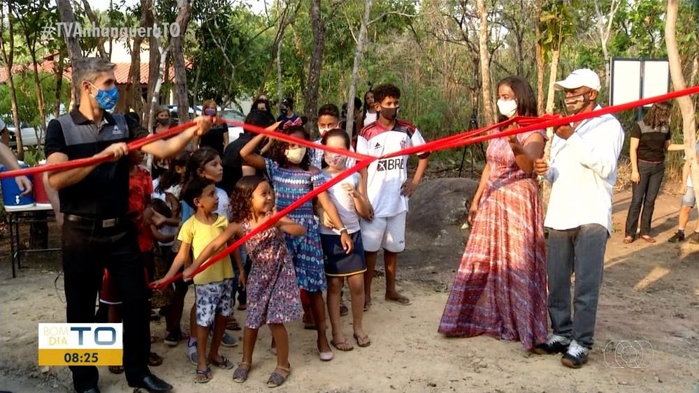 Casal que vivia com os 10 filhos em barracão improvisado ganha casa construída por voluntários, em Palmas