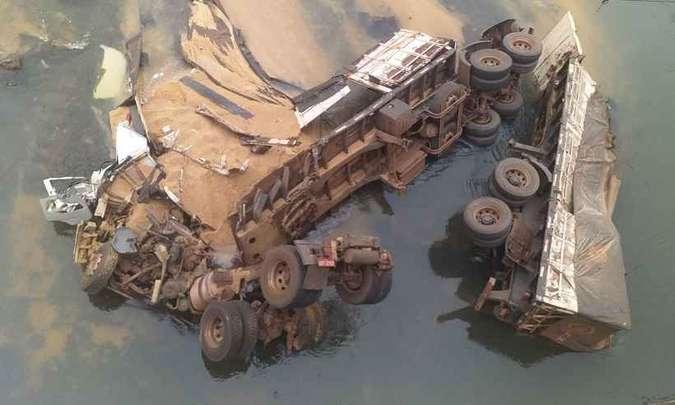 Motorista morre depois de caminhão cair de ponte na BR-153