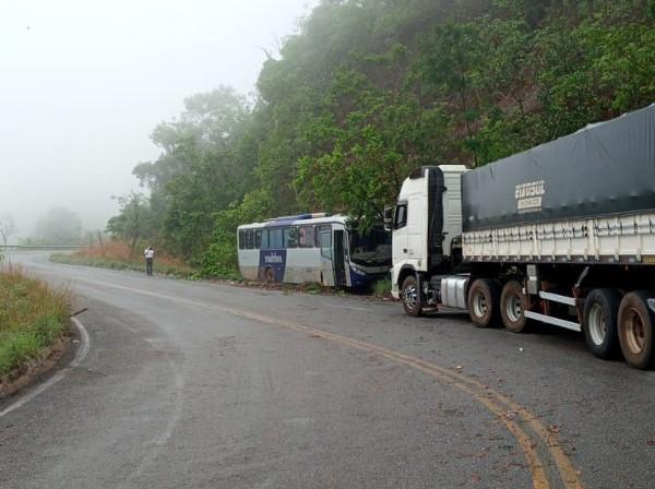 Ônibus bate em barranco após motorista perder controle da direção na serra de Taquaruçu