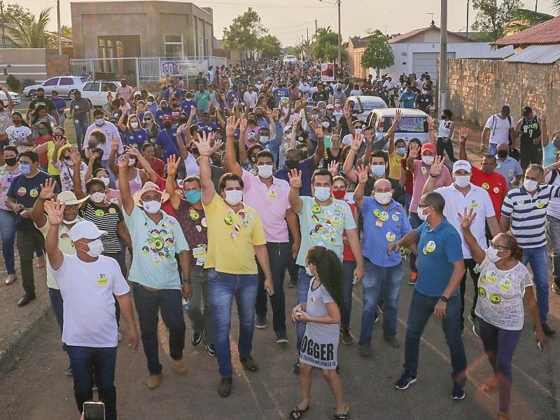 Multidão vai às ruas do setor Campo Bello com Gutierres e Eduardo