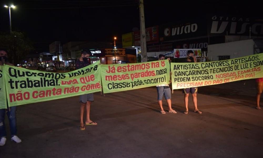 Músicos protestam em avenida de Taquaralto e pedem retorno ao trabalho