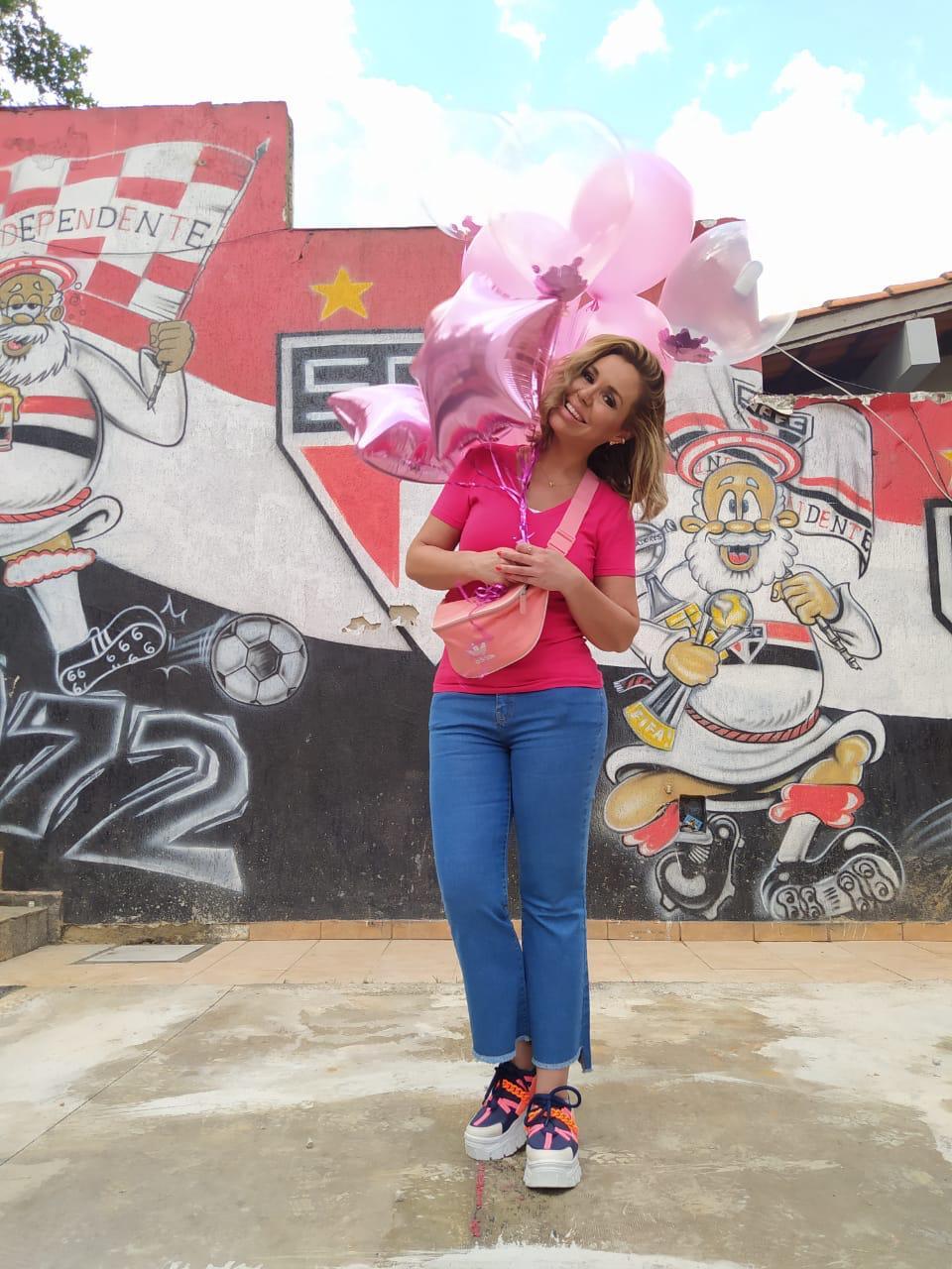 Renata Banhara participa de ação social do Outubro Rosa e da volta olímpica no gramado do Estádio do Morumbi
