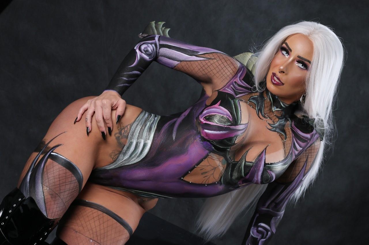 Priscila Kimura faz ensaio sensual inspirado no Halloween