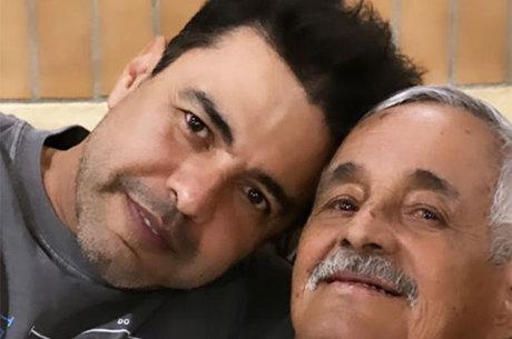 Zezé Di Camargo exalta pai durante velório: 'Meu herói'