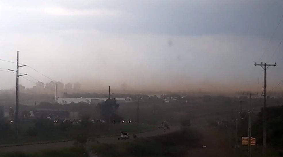 Vento forte deixa Palmas coberta por nuvem de poeira