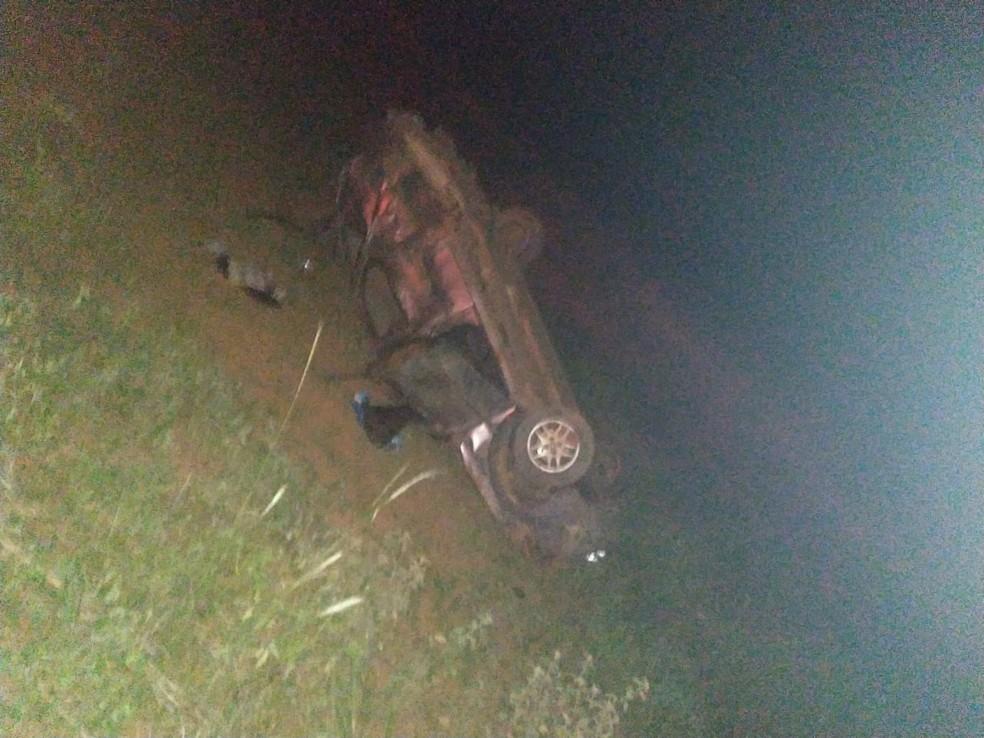 Duas pessoas ficam feridas após carro capotar durante tentativa de ultrapassagem na TO-050