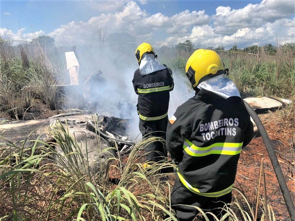 Bombeiros militares combatem incêndio provocado por acidente aéreo em Luzimangues