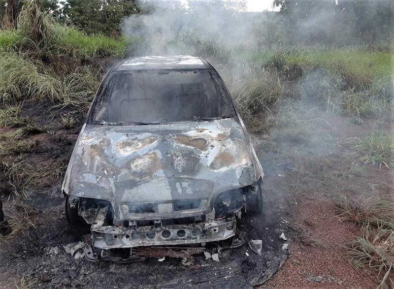 Condutor chama bombeiros militares após fogo em terreno atingir o próprio veículo em Paraíso-TO