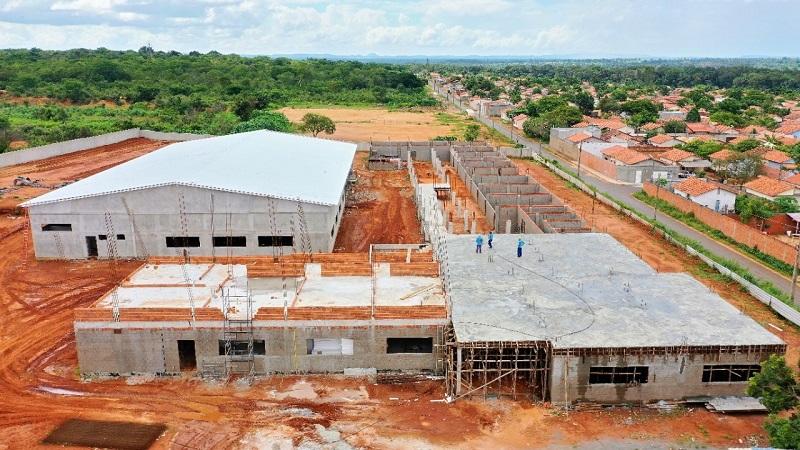 Escola de tempo integral recebe cobertura com isolamento térmico em Araguaína