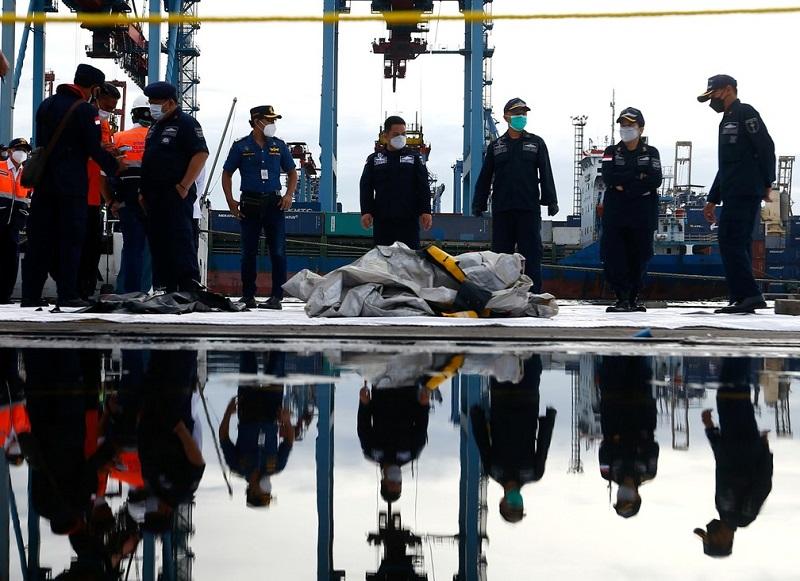 Equipes de resgate encontram vítimas de queda de avião na Indonésia