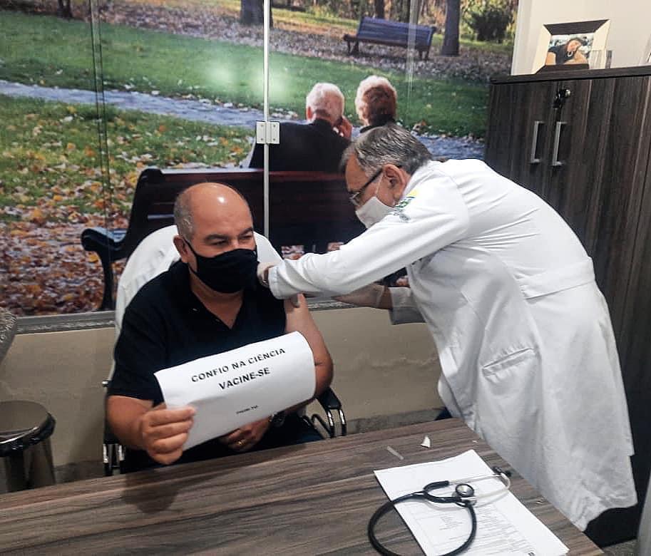 Prefeito de Pium aplica 1ª dose da vacina contra a covid-19 no município