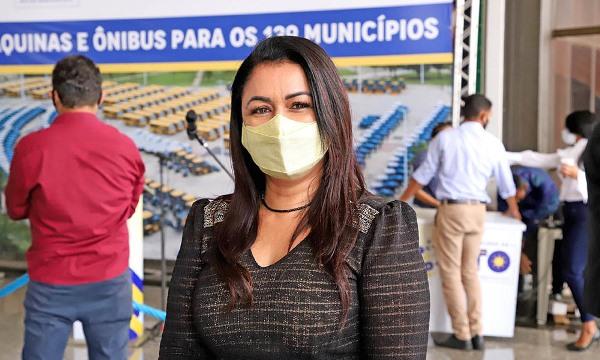 Caseara recebe dois ônibus escolares e um trator; Prefeita Ildislene Santana comemora conquista