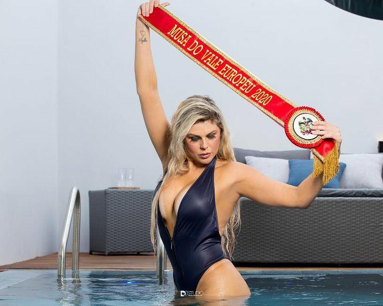 Musa Ana Paula Simas arrasa com corpo escultural nas redes sociais