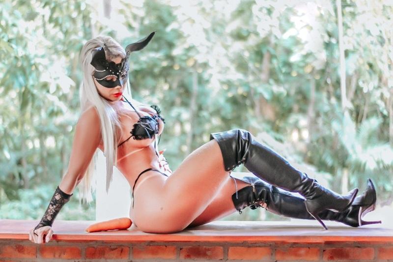Andreia Menegon arrasa em ensaio de coelhinha sexy