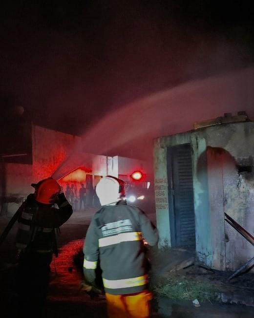 Bombeiros militares combatem incêndio em kit net, na região norte de Palmas