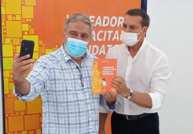 Ataídes Oliveira lança livro destinado aos vereadores do Tocantins