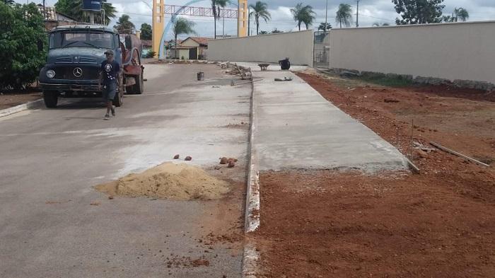 Prefeitura realiza construção de calçadas em três bairros de Pium