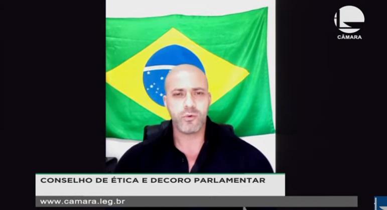 Em prisão domiciliar, Daniel Silveira volta a criticar ministros do STF