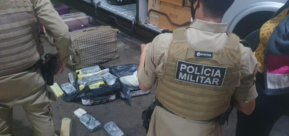 PM apreende 32 quilos de entorpecente e prende uma mulher por tráfico na rodoviária de Gurupi