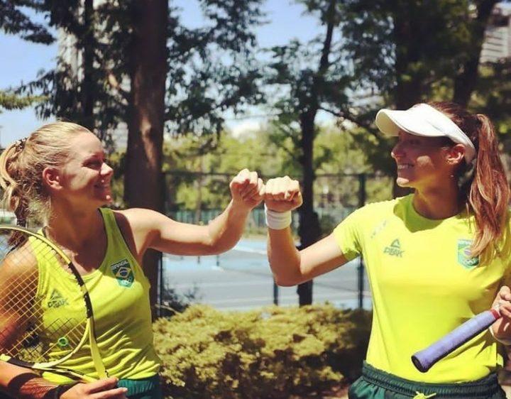 Luisa Stefani e sua parceira Laura Pigossi busca vaga nas quartas nos Jogos Olímpicos de Tóquio