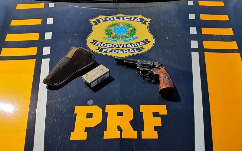 PRF prende condutor em flagrante por porte ilegal de arma de fogo em Colinas do Tocantins