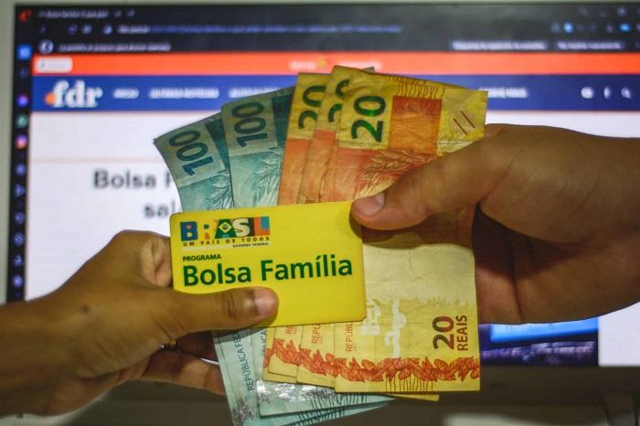 É possível receber Bolsa Família junto com o auxílio emergencial?