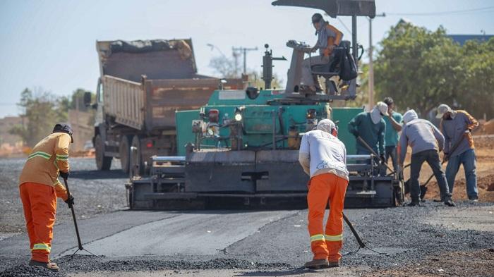 Trecho duplicado de avenida em Palmas começa a receber pavimentação