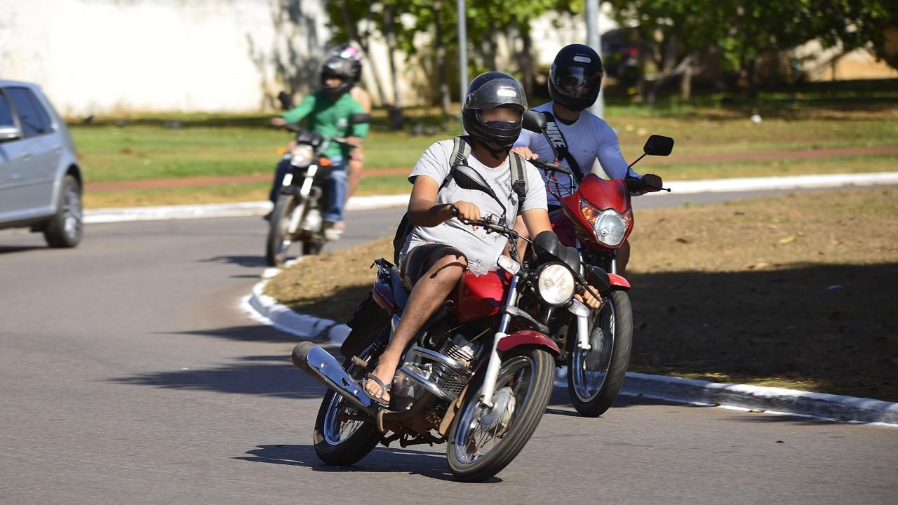 Prefeitura de Palmas alerta motociclistas sobre a vestimenta correta durante a condução no trânsito