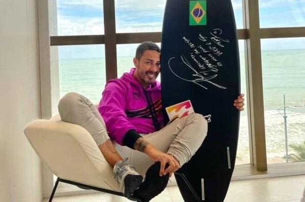 Italo Ferreira presenteia Carlinhos Maia com prancha que garantiu ouro para o Brasil